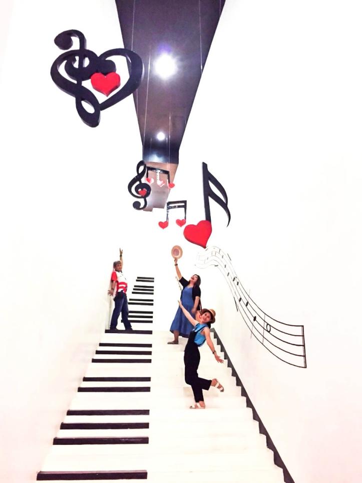 เพลิดเพลินไปกับบันไดเปียโน และมิวสิคโน้ตสวย ๆ