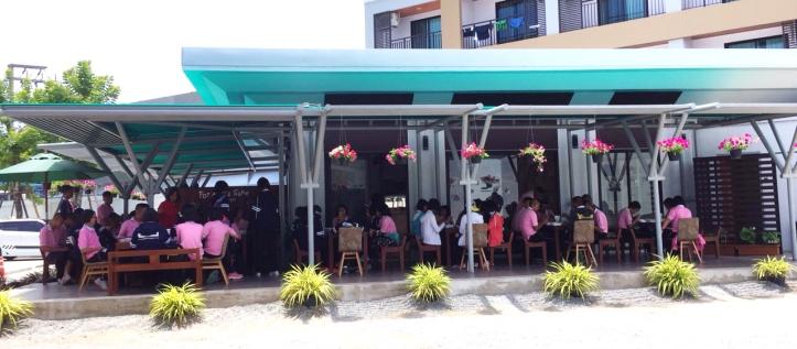 ส่วนของ For Art's Sake Cafe บริการเครื่องดื่ม และอาหารกลางวัน