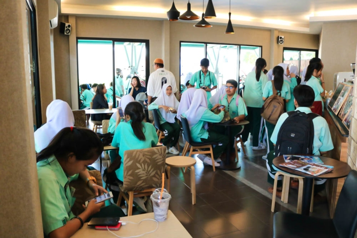 ทัศนศึกษา : ภาพบรรยากาศ คณะครูและน้อง ๆ นักเรียน โรงเรียนอิสลามวิทยาลัยแห่งประเทศไทย เยี่ยมชม For Art's Sake หัวหิน