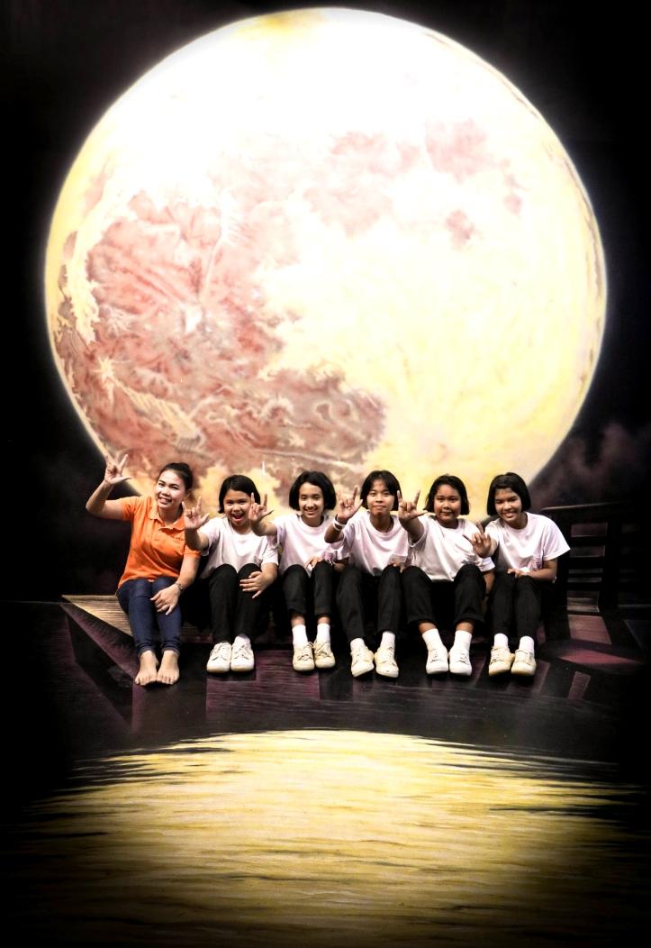 แอ็คท่าสวย ๆ กับพระจันทร์